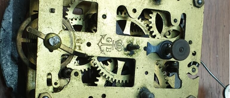 Обслуживание часового механизма от будильника Gustav Becker